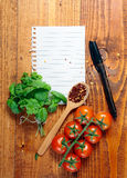 Ευθυγραμμισμένο κενό έγγραφο με το μαγείρεμα των συστατικών Στοκ φωτογραφίες με δικαίωμα ελεύθερης χρήσης