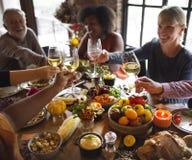 Ευθυμίες ανθρώπων που γιορτάζουν την έννοια διακοπών ημέρας των ευχαριστιών Στοκ φωτογραφίες με δικαίωμα ελεύθερης χρήσης