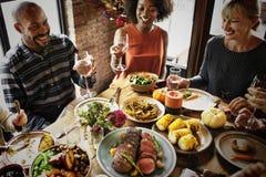 Ευθυμίες ανθρώπων που γιορτάζουν την έννοια διακοπών ημέρας των ευχαριστιών Στοκ Εικόνες