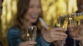 Ευθυμίες! γυαλιά με την κινηματογράφηση σε πρώτο πλάνο λαμπιρίζοντας κρασιού 4 άνθρωποι της μικτής φυλής σε ένα κόμμα E 4K απόθεμα βίντεο