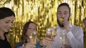 Ευθυμίες! 4 ευτυχείς εύθυμοι άνθρωποι σε ένα κόμμα Οι τύποι συγχαίρουν ο ένας τον άλλον και πίνουν τη σαμπάνια Μια ομάδα γέλιου απόθεμα βίντεο