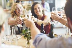Ευθυμίες κόμματος φίλων που απολαμβάνουν την έννοια τροφίμων στοκ εικόνα