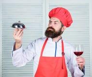 Ευθυμίες στους φίλους Εξυπηρετήστε τα τρόφιμα Κουζίνα μαγειρική το άτομο κρατά το δίσκο πιάτων κουζινών στο εστιατόριο Υγιές μαγε στοκ εικόνες