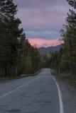Ευθύς αγροτικός δρόμος στο ηλιοβασίλεμα Στοκ φωτογραφία με δικαίωμα ελεύθερης χρήσης