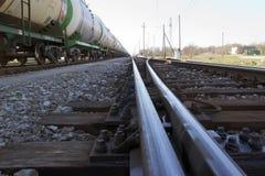 Ευθύς γυαλισμένος δρόμος σιδηροδρόμων με τις δεξαμενές πετρελαίου Στοκ Φωτογραφία