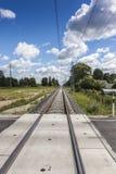 Ευθύς ηλεκτρικός σιδηρόδρομος και πέρασμα στοκ εικόνα με δικαίωμα ελεύθερης χρήσης