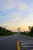 Ευθύς δρόμος και ζωηρόχρωμο ηλιοβασίλεμα στοκ εικόνες με δικαίωμα ελεύθερης χρήσης