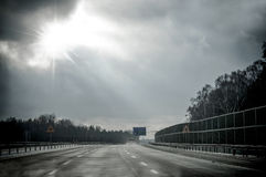 Ευθύς δρόμος πίσσας που οδηγεί στο φως Στοκ εικόνες με δικαίωμα ελεύθερης χρήσης