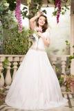 λευκή γυναίκα φορεμάτων &o Νύφη, γάμος στον κήπο brunette Στοκ Φωτογραφίες