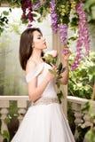 λευκή γυναίκα φορεμάτων &o Νύφη, γάμος στον κήπο brunette Στοκ Εικόνα