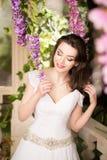 λευκή γυναίκα φορεμάτων &o Νύφη, γάμος στον κήπο brunette Στοκ φωτογραφίες με δικαίωμα ελεύθερης χρήσης