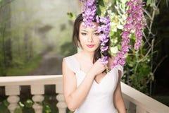λευκή γυναίκα φορεμάτων &o Νύφη, γάμος στον κήπο brunette Στοκ εικόνα με δικαίωμα ελεύθερης χρήσης
