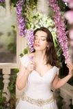 λευκή γυναίκα φορεμάτων &o Νύφη, γάμος στον κήπο brunette Στοκ Εικόνες