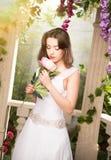 λευκή γυναίκα φορεμάτων &o Νύφη, γάμος στον κήπο brunette Στοκ Φωτογραφία