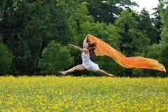 Ευκίνητη γυναίκα που πηδά στον αέρα στοκ εικόνα με δικαίωμα ελεύθερης χρήσης