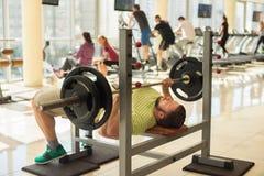 λευκό αθλητικών τύπων ανασκόπησης barbell απομονωμένο Στοκ Φωτογραφίες