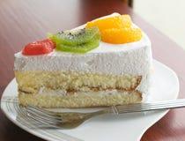 λευκό απομόνωσης καρπού κέικ Στοκ φωτογραφία με δικαίωμα ελεύθερης χρήσης