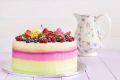 λευκό απομόνωσης καρπού κέικ Στοκ Φωτογραφία