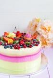 λευκό απομόνωσης καρπού κέικ Στοκ Φωτογραφίες