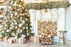 λευκό απομόνωσης ντεκόρ Χριστουγέννων Σπίτια διακοσμήσεων χριστουγεννιάτικων δέντρων στοκ φωτογραφία με δικαίωμα ελεύθερης χρήσης