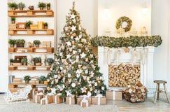 λευκό απομόνωσης ντεκόρ Χριστουγέννων Σπίτια διακοσμήσεων χριστουγεννιάτικων δέντρων Στοκ εικόνα με δικαίωμα ελεύθερης χρήσης
