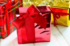 λευκό απομόνωσης δώρων Χριστουγέννων Στοκ φωτογραφία με δικαίωμα ελεύθερης χρήσης