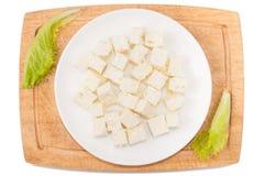 λευκό λαχανικών ανασκόπη&si Τυρί φέτας, πράσινα, τέμνων πίνακας, πιάτο σε ένα άσπρο υπόβαθρο Στοκ Φωτογραφίες