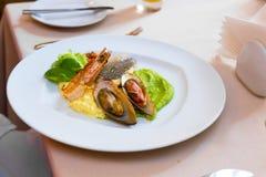 λευκό θαλασσινών πιάτων Μύδια και γαρίδες με τα ψάρια και πράσινος Στοκ εικόνα με δικαίωμα ελεύθερης χρήσης
