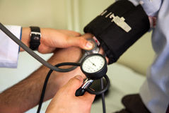 λευκό πίεσης μέτρησης αίματος ανασκόπησης στοκ εικόνα