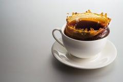 λευκό παφλασμών έκχυσης καφέ ανασκόπησης Στοκ Φωτογραφία
