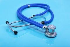 λευκό στηθοσκοπίων οργάνων γιατρών ανασκόπησης Στοκ Φωτογραφία