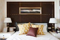 λευκό τοίχων μαξιλαριών πολυτέλειας λαμπτήρων τεμαχίων κρεβατοκάμαρων σπορείων nightstand στοκ φωτογραφία