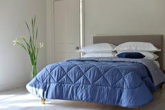 λευκό τοίχων μαξιλαριών πολυτέλειας λαμπτήρων τεμαχίων κρεβατοκάμαρων σπορείων nightstand στοκ εικόνες με δικαίωμα ελεύθερης χρήσης
