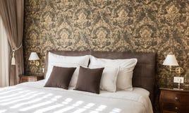 λευκό τοίχων μαξιλαριών πολυτέλειας λαμπτήρων τεμαχίων κρεβατοκάμαρων σπορείων nightstand Στοκ Εικόνες