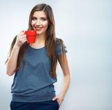λευκό φλυτζανιών καφέ Νέα γυναίκα στο ποτό υποβάθρου στούντιο ομο Στοκ Εικόνα