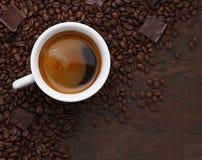 λευκό φλυτζανιών καφέ beans chocolate coffee Στοκ Φωτογραφία