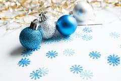 λευκό Χριστουγέννων σφα&i στοκ φωτογραφίες