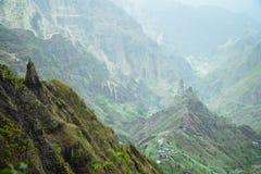 Ευμετάβλητη άποψη στην εύφορη κοιλάδα Xo-xo Φυσικό τοπίο των πράσινων βουνοπλαγιών και των βράχων του Bluff Πράσινο Ακρωτήριο Ant Στοκ Φωτογραφίες