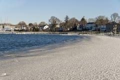 Ευμετάβλητο νερό που κάνει τα κύματα στον πάγο ακτών Fairhaven στοκ εικόνες