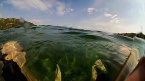 Ευμετάβλητο νερό στην παραλία απόθεμα βίντεο