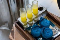 Ευπρόσδεκτο ποτό με το μικρό σύνολο πετσετών στοκ φωτογραφία με δικαίωμα ελεύθερης χρήσης