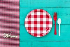 Ευπρόσδεκτο θέτοντας σημάδι πικ-νίκ στο μπλε ξύλινο υπόβαθρο Στοκ Φωτογραφία