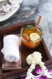 Ευπρόσδεκτο ποτό, παγωμένο τσάι με το λεμόνι και κρύα πετσέτα Στοκ φωτογραφία με δικαίωμα ελεύθερης χρήσης