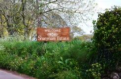 Ευπρόσδεκτο σημάδι για το κτήμα Αγγλία Sharpham Στοκ Φωτογραφία