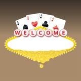 Ευπρόσδεκτο σημάδι με τέσσερις άσσους που παίζει τις κάρτες και το σωρό των χρυσών νομισμάτων Στοκ Φωτογραφίες