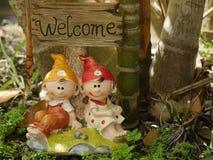 Ευπρόσδεκτο σημάδι με τις χαριτωμένες κούκλες αργίλου για τη διακόσμηση κήπων και σπιτιών Στοκ εικόνα με δικαίωμα ελεύθερης χρήσης