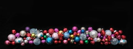 Ευρέα σύνορα των μπιχλιμπιδιών Χριστουγέννων, ζωηρόχρωμες διακοσμήσεις δέντρων στοκ εικόνες