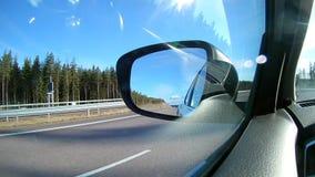Ευρέως ή ένα αυτοκίνητο οπισθοσκόπο ή άποψη καθρεφτών φιλμ μικρού μήκους