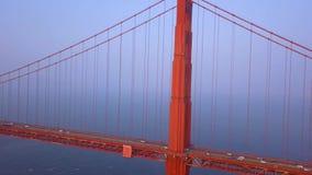Ευρέως εναέρια χρυσή άποψη γεφυρών πυλών άνωθεν απόθεμα βίντεο
