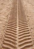 Ευρέως κάθετη ευθεία ενιαία τυπωμένη ύλη ελαστικών αυτοκινήτου στην άμμο που τρέχει προς τα πάνω με το βαθύ σχέδιο βήματος στοκ εικόνες με δικαίωμα ελεύθερης χρήσης